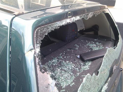 Meerdere autoruiten in Abeelstraat vernield