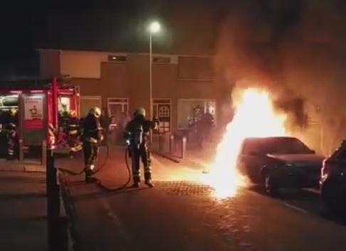 Auto opgeblazen met zwaar vuurwerk