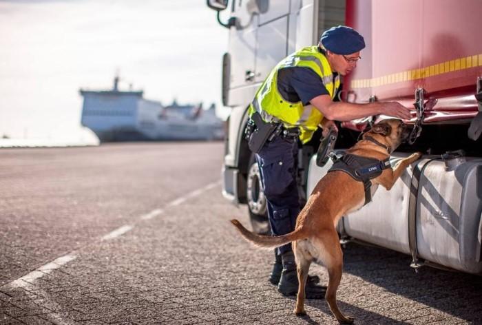 Marechaussee treft 6 vreemdelingen aan in verborgen ruimte vrachtwagen