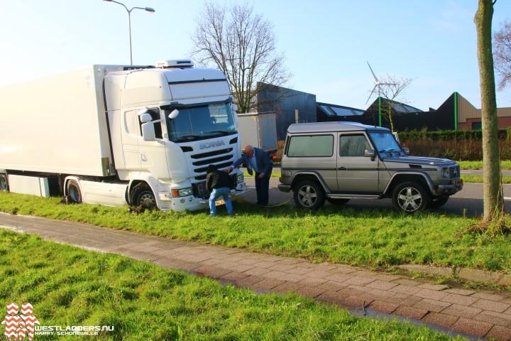 Spaanse vrachtwagenchauffeur vast in de berm