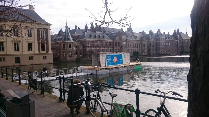 Mobiele school op petflessen in de Hofvijver