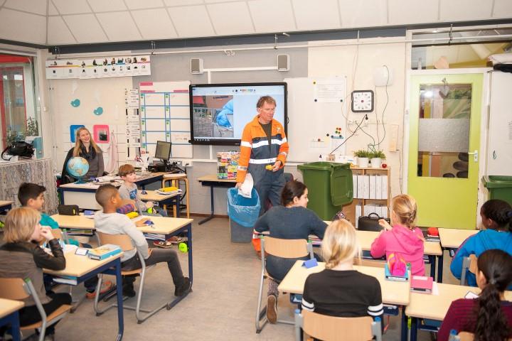 Koos de vuilnisman praat op scholen over zwerfvuil, afval en recycling