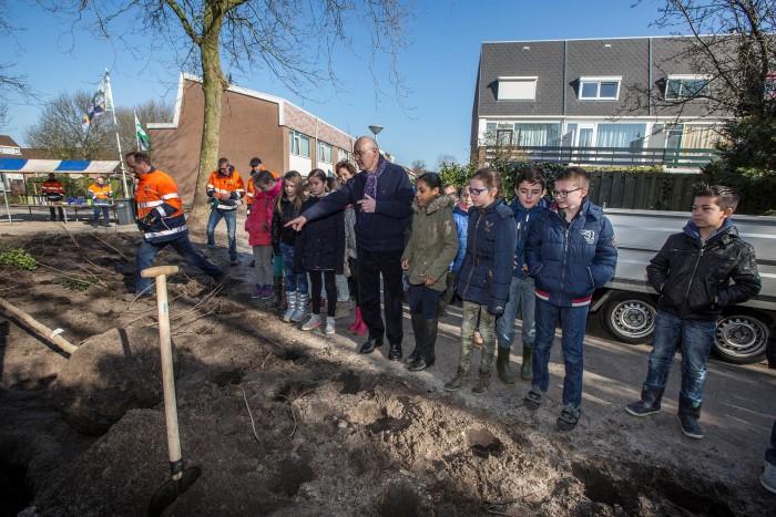 Boomfeestdag: 24 leerlingen planten bomen en heesters in Opstal