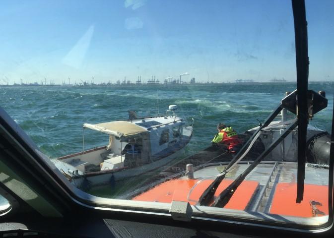 Visboot met motorstoring van zee gesleept