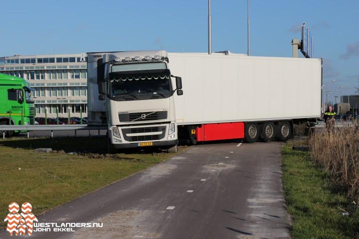 Weer vrachtwagen vast op fietspad naast A20