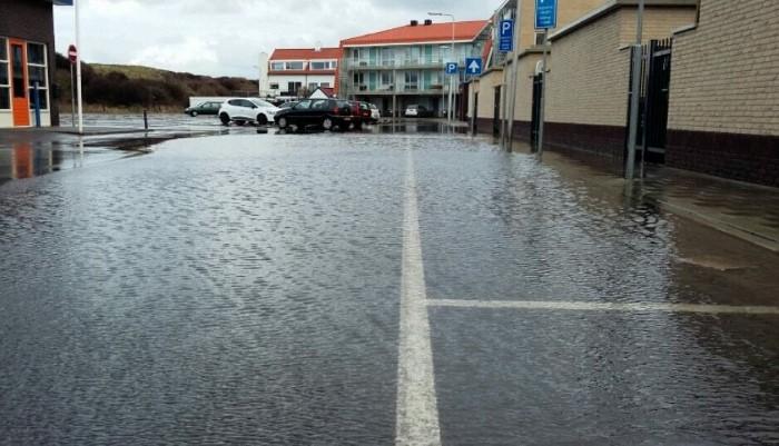 Waterballet bij grote parkeerplaats Ter Heijde