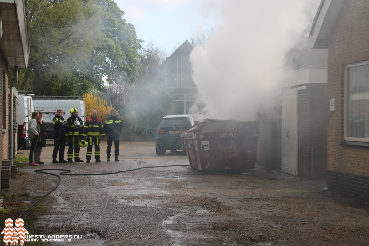 Container met bouwafval in brand