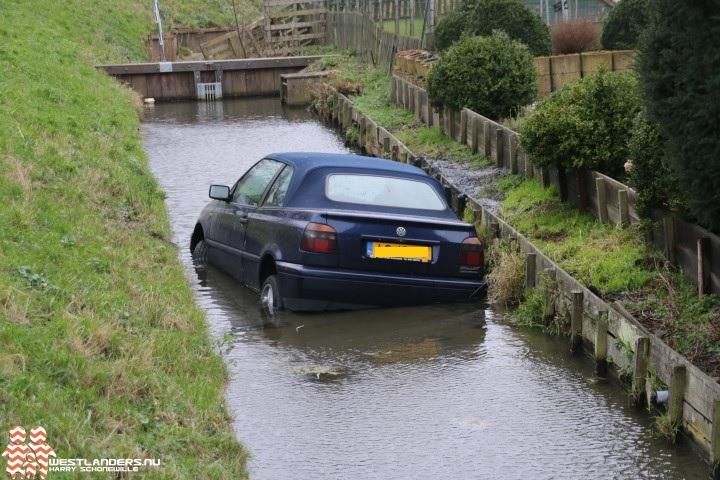 Auto te water aan de Nieuwelaan