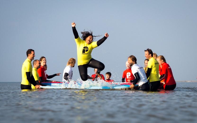 Kinderen met een beperking maken kennis met golfsurfen