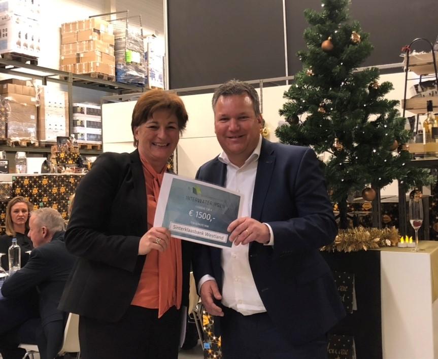 Bedrijvenvereniging schenkt kerstgift aan Sinterklaasbank Westland