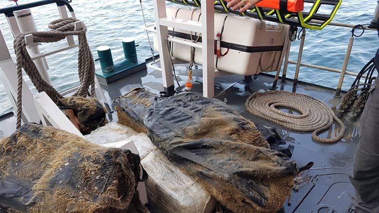 Duikers vinden grote partij marihuana onder zeeschip