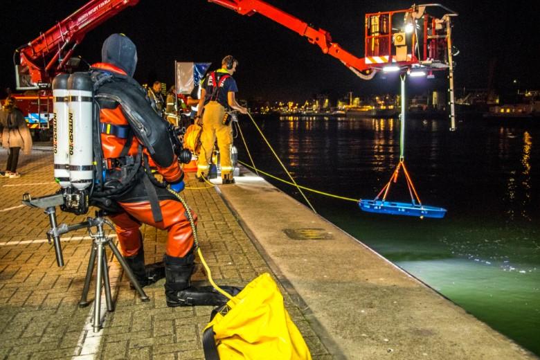 Brandweerduikers houden oefening in haven