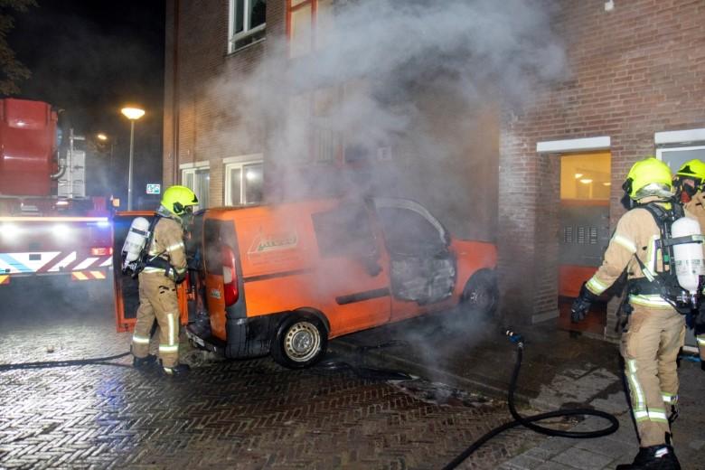 Schiedam: Brandende bestelbus tegen gevel