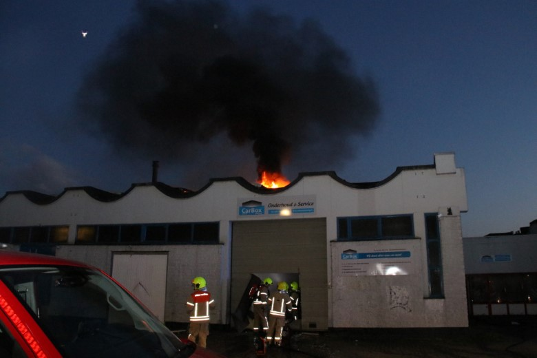 Grote uitslaande brand in garagebedrijf Vlaardingen