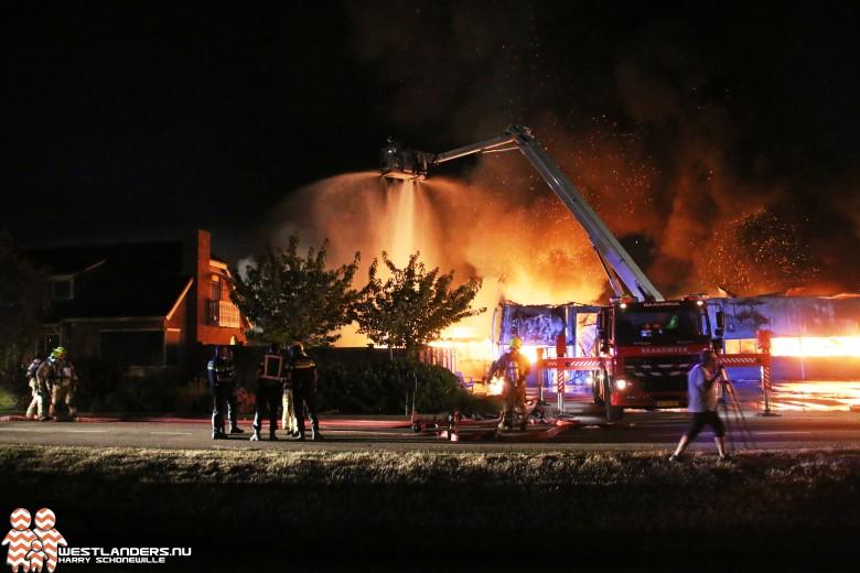 Zeer grote brand legt schuur in de as