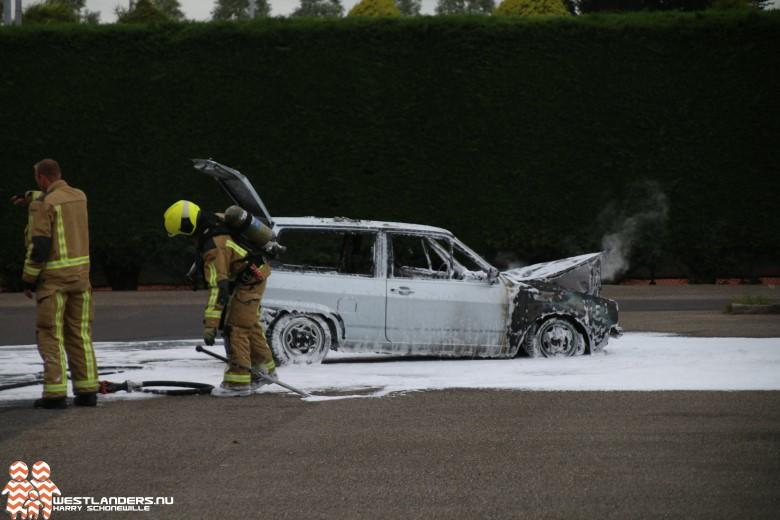Auto vliegt in brand tijdens rijden
