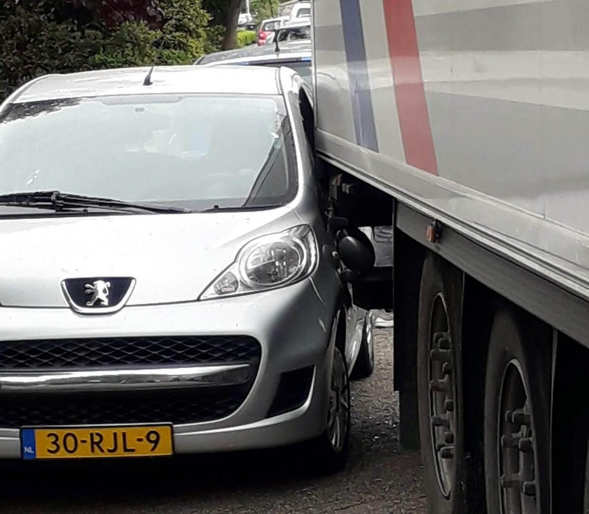 Poolse vrachtwagenchauffeur rijdt zich klem