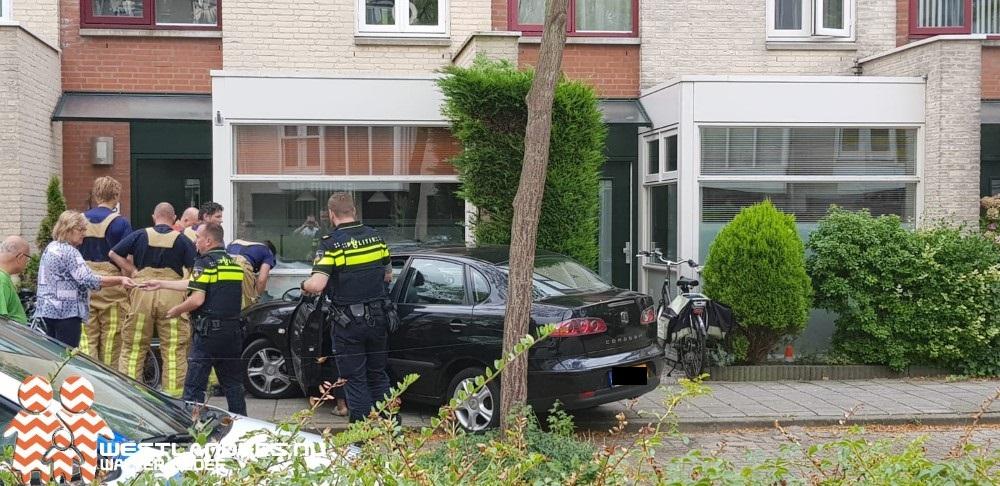 Automobiliste rijdt tegen gevel woning