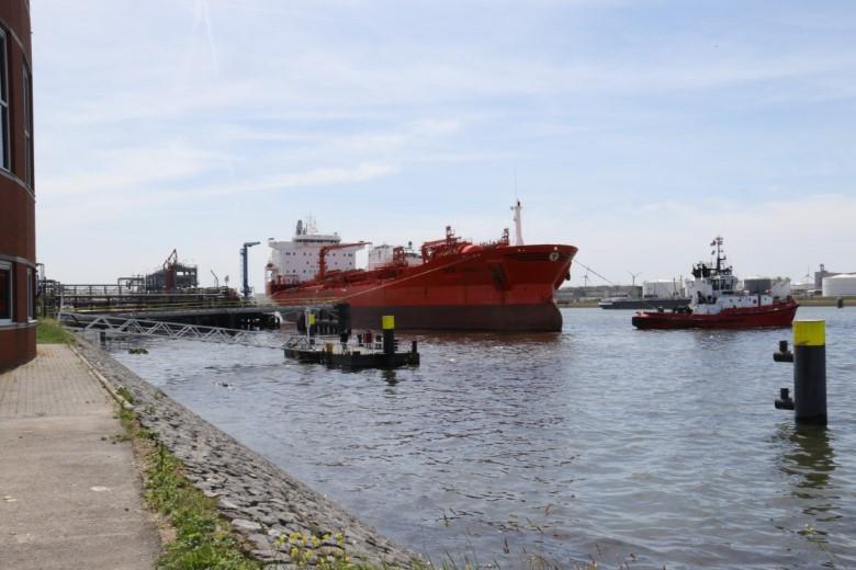 Tanker ramt steiger, 200 ton olie in het water