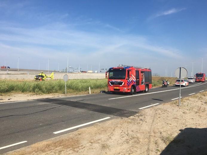 Auto rijdt elektriciteitshuisje binnen op Maasvlakte