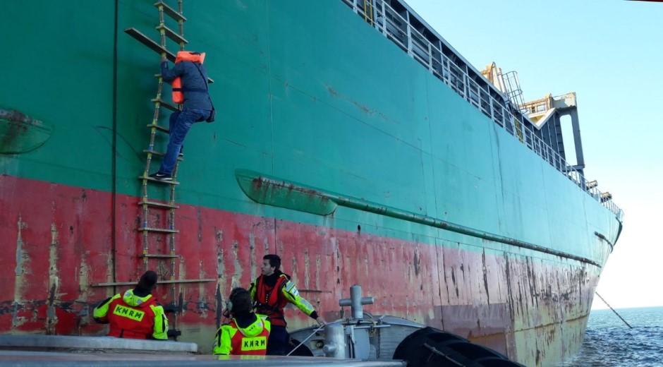 Medische evacuatie van zeeman in ankergebied