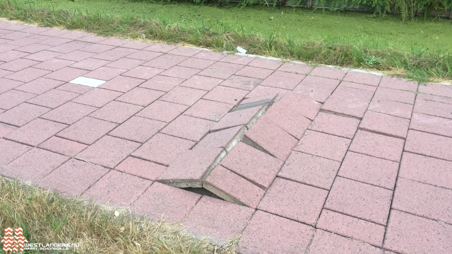 Losliggende tegels in Maassluis door droogte