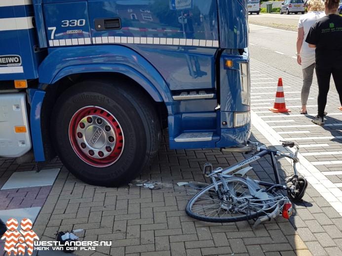 Tiener ernstig gewond na botsing met vrachtwagen