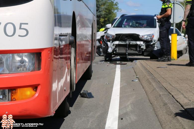 Auto in botsing met lijnbus 30