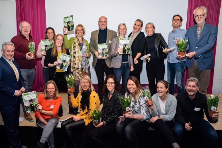 Handboek 'Plant in de Klas Westland' officieel overhandigd