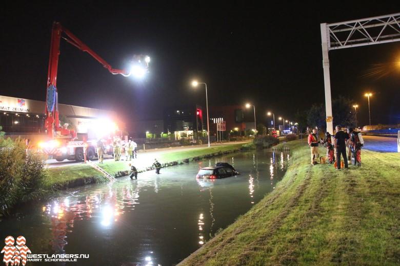 Auto te water in sloot Honderdland