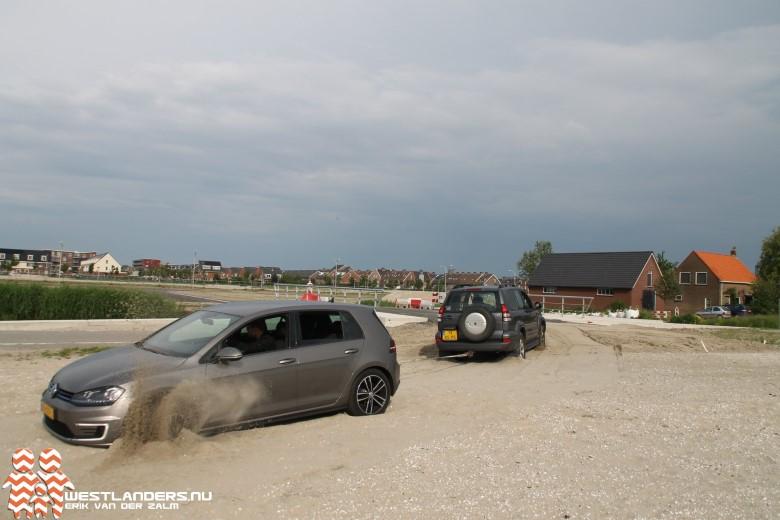 Auto vast in het zand
