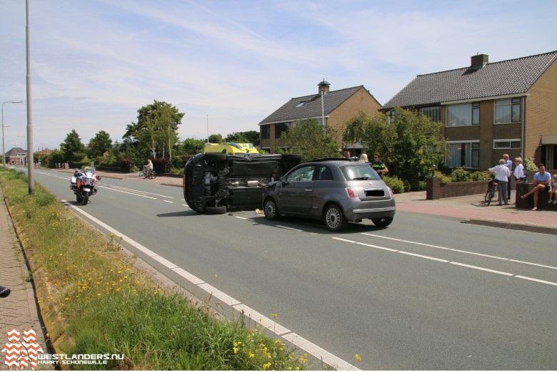 Auto op zijn zijkant na ongeluk Emmastraat