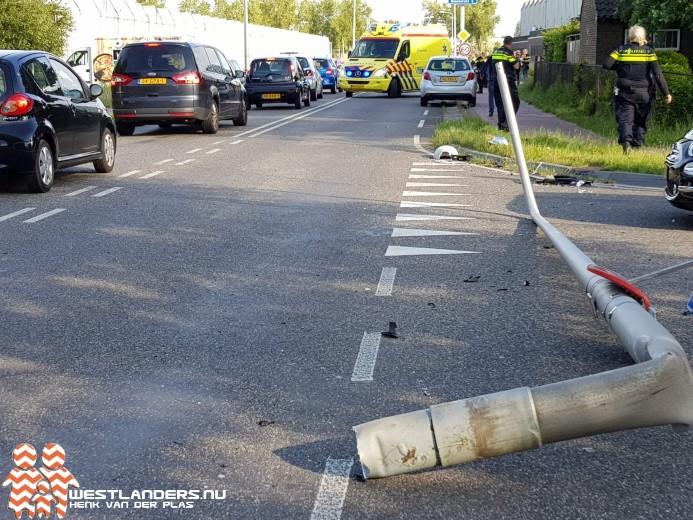 Automobilist ramt lantaarnpaal uit de grond