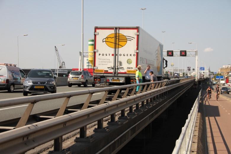 Aanrijding A20 tussen vrachtwagen en auto