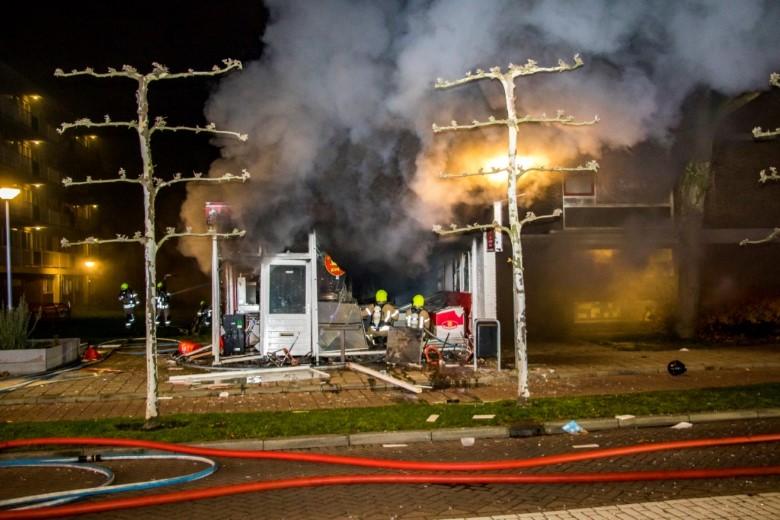 Uitslaande brand na explosie in Schiedamse snackbar