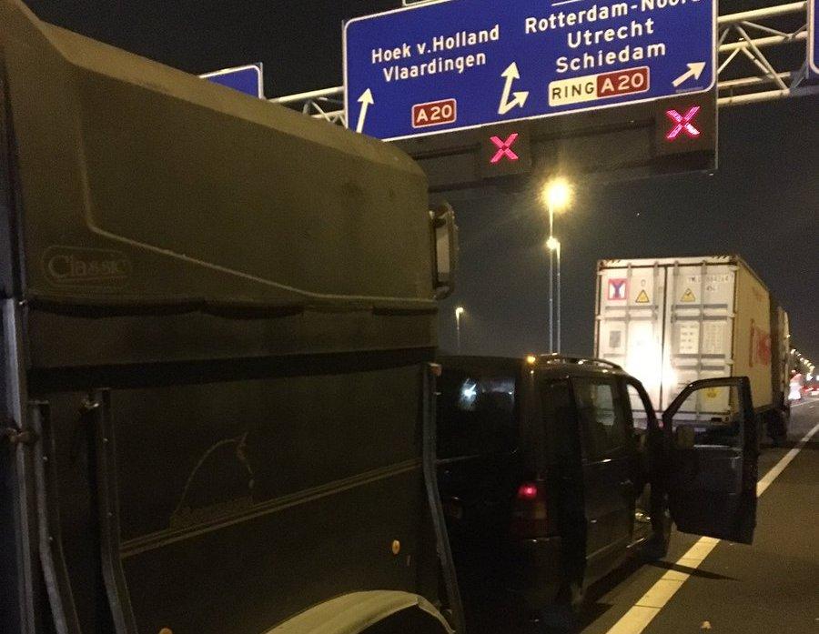 Busje met paardentrailer klapt op vrachtwagen