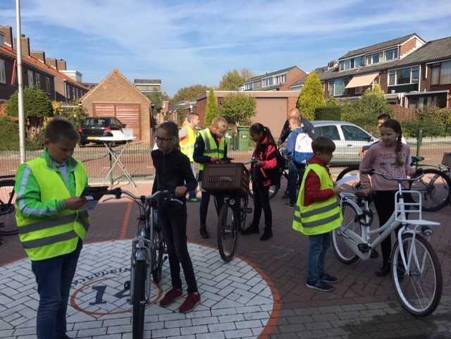 ANWB Fietsverlichtingsactie bij basisschool Pieter van der Plasschool