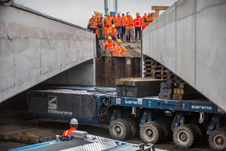 Inschuiven tweede viaduct voor Rotterdamsebaan