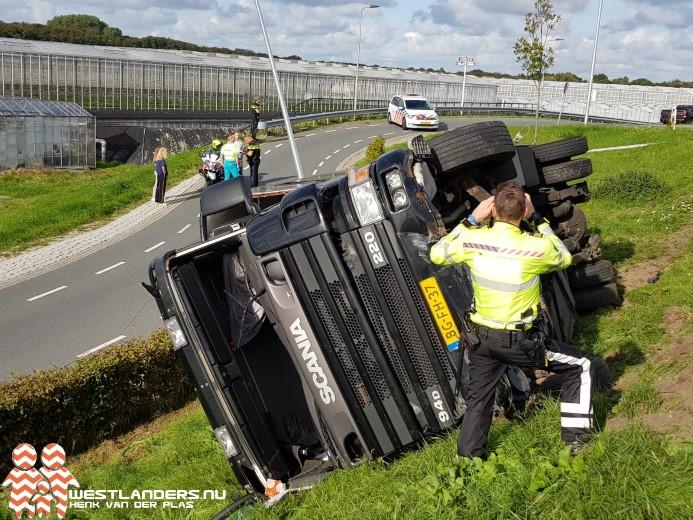Vrachtwagen keldert van de Maasdijk