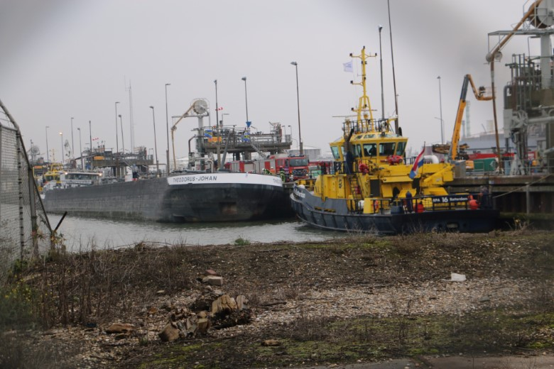 Binnenvaartschip dreigt slagzij te maken