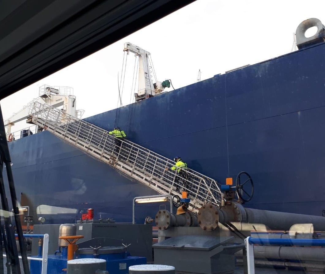 Tanker voor de kust op de bon
