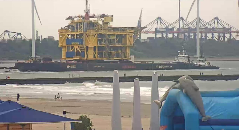Aankomst gasproductieplatform in Rotterdamse haven