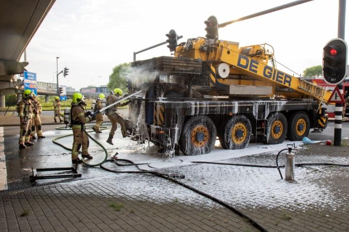 Brand in kraanwagen bij viaduct A20