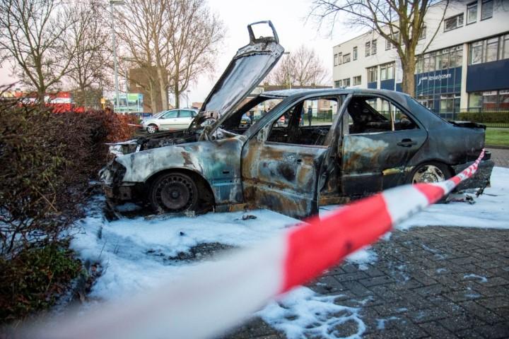 Auto volledig uitgebrand op Reviusplein