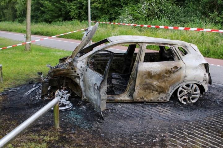 Auto volledig uitgebrand aan de Broekpolderweg