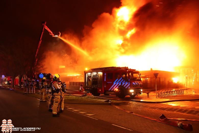 Zeer grote brand legt zwembad de Boetzelaer in de as