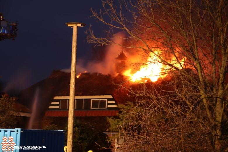 Grote rietendak-brand langs de Poeldijkseweg