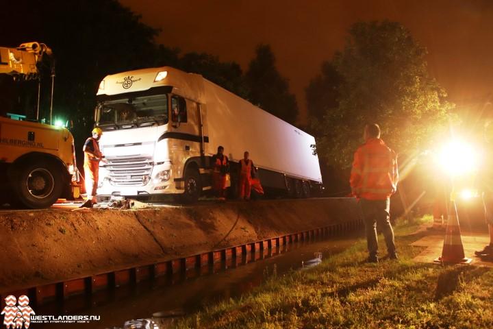 Vrachtwagen Burgerdijkseweg diep in de nacht vlotgetrokken
