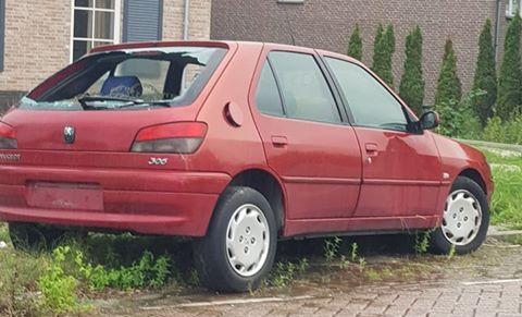 Vernieling aan gedumpte auto