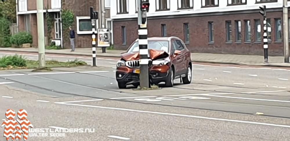 Automobilist botst tegen trammast